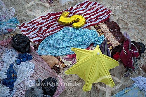 Acampamento na areia da Praia de Ipanema - posto 8 - após festa de Réveillon  - Rio de Janeiro - Rio de Janeiro (RJ) - Brasil