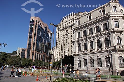 Vista da Praça Mauá com o Centro Empresarial RB1 - ao fundo - e o Edifício Joseph Gire (1929) - também conhecido como Edifício A Noite - e o Museu de Arte do Rio (MAR) - à direita  - Rio de Janeiro - Rio de Janeiro (RJ) - Brasil