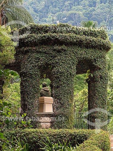 Vista da Casa de Cedros com o busto de Frei Leandro do Sacramento no Jardim Botânico do Rio de Janeiro  - Rio de Janeiro - Rio de Janeiro (RJ) - Brasil