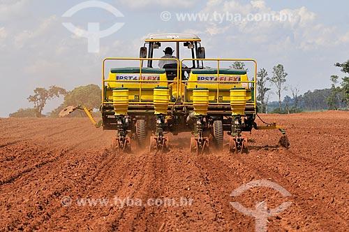 Trator fazendo o plantio mecanizado de milho  - Mirassol - São Paulo (SP) - Brasil
