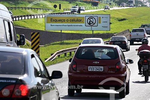 Placa no canteiro central da Rodovia Washington Luís (SP-310) que diz: Esqueça o celular. Bom mesmo é ficar ligado na estrada  - Mirassol - São Paulo (SP) - Brasil