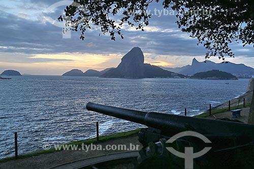 Canhão na Fortaleza de Santa Cruz da Barra (1612) com Pão de Açúcar ao fundo  - Niterói - Rio de Janeiro (RJ) - Brasil