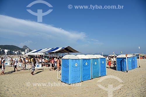 Banheiro químico na Praia de Copacabana durante a Festa de Yemanjá  - Rio de Janeiro - Rio de Janeiro (RJ) - Brasil