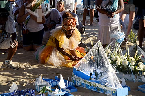 Barco com oferendas à Yemanjá na Praia de Copacabana durante a Festa de Yemanjá  - Rio de Janeiro - Rio de Janeiro (RJ) - Brasil