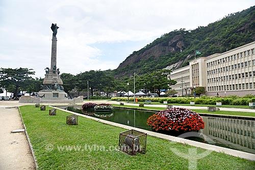 Espelho dágua na Praça General Tibúrcio com o Monumento aos Heróis da Batalha de Laguna e Dourados e o Instituto Militar de Engenharia  - Rio de Janeiro - Rio de Janeiro (RJ) - Brasil