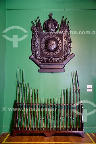 Baionetas e brasão imperial - parte da exposição permanente A Construção da Nação - Museu Histórico Nacional  - Rio de Janeiro - Rio de Janeiro (RJ) - Brasil