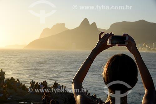 Mulher fotografando o pôr do sol a partir da Pedra do Arpoador  - Rio de Janeiro - Rio de Janeiro (RJ) - Brasil