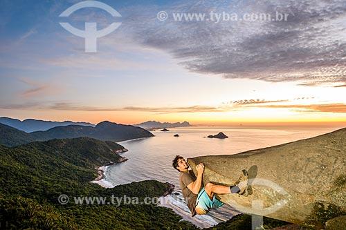 Homem pendurado na Pedra do Telégrafo no Morro de Guaratiba  - Rio de Janeiro - Rio de Janeiro (RJ) - Brasil