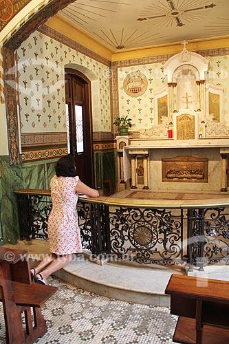 Mulher rezando no interior da Matriz Basílica Nossa Senhora da Conceição Aparecida - também conhecida como Basílica Velha  - Aparecida - São Paulo (SP) - Brasil