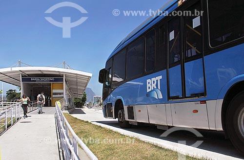 Ônibus do BRT (Bus Rapid Transit) na Estação Shopping da Barra do BRT Transoeste  - Rio de Janeiro - Rio de Janeiro (RJ) - Brasil