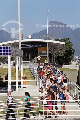 Passageiros na Estação Shopping da Barra do BRT Transoeste  - Rio de Janeiro - Rio de Janeiro (RJ) - Brasil