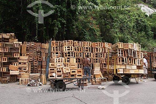 Caixotes vazios na área externa do terreno do Centro de Abastecimento da Guanabara (CADEG)  - Rio de Janeiro - Rio de Janeiro (RJ) - Brasil