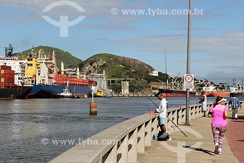 Pescador e corredora na ciclovia da Avenida Marechal Mascarenhas de Moraes às margens do Rio Santa Maria com o Porto de Vitória ao fundo  - Vitória - Espírito Santo (ES) - Brasil