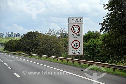 Placa indicando os limites de velocidades na Rodovia Dom Pedro I (SP-065)  - Campinas - São Paulo (SP) - Brasil