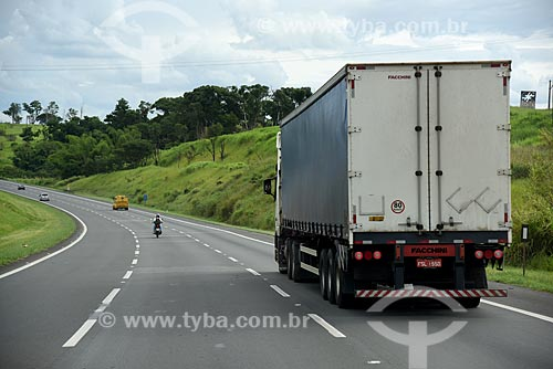 Detalhe de tráfego em trecho da Rodovia dos Bandeirantes (SP-348)  - Campinas - São Paulo (SP) - Brasil
