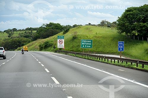 Placas no acostamento da Rodovia dos Bandeirantes (SP-348)  - Campinas - São Paulo (SP) - Brasil