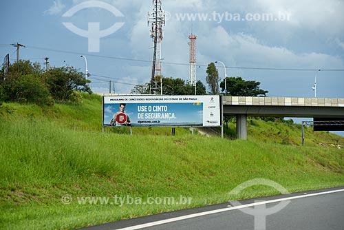 Placa na Rodovia dos Bandeirantes (SP-348) com os dizeres: use o cinto de segurança  - Campinas - São Paulo (SP) - Brasil