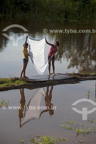 Meninas da Comunidade Ribeirinha São Francisco do Aiucá no lavando roupa no Rio Uarini  - Uarini - Amazonas (AM) - Brasil