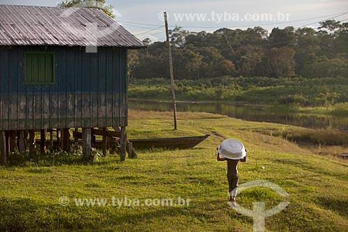 Criança na Comunidade Ribeirinha São Francisco do Aiucá  - Uarini - Amazonas (AM) - Brasil