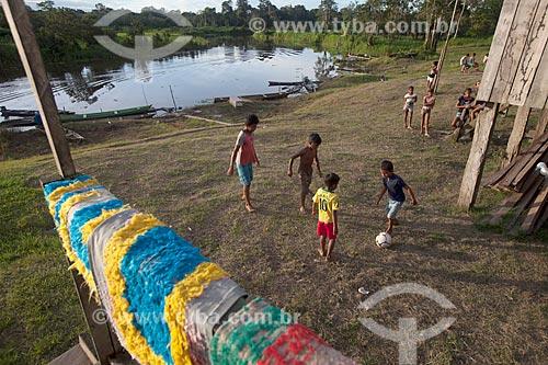 Crianças brincando na Comunidade Ribeirinha São Francisco do Aiucá  - Uarini - Amazonas (AM) - Brasil