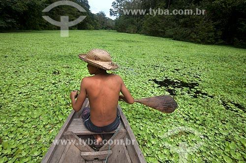 Menino em canoa na Reserva de Desenvolvimento Sustentável Mamirauá  - Tefé - Amazonas (AM) - Brasil