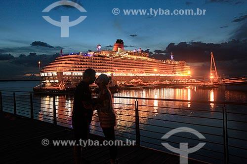 Casal no Porto de Manaus durante o pôr do sol com o Navio de Cruzeiro Green Victoria ao fundo  - Manaus - Amazonas (AM) - Brasil