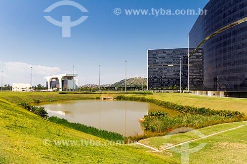 Auditório JK e o Palácio Tiradentes - sede do Governo do Estado - à esquerda - com o Prédio Minas e Prédio Gerais - à direita - na Cidade Administrativa Presidente Tancredo Neves (2010)  - Belo Horizonte - Minas Gerais (MG) - Brasil