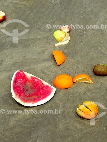 Detalhe de frutas de oferendas à Yemanjá na orla da praia da cidade de Cidreira  - Cidreira - Rio Grande do Sul (RS) - Brasil