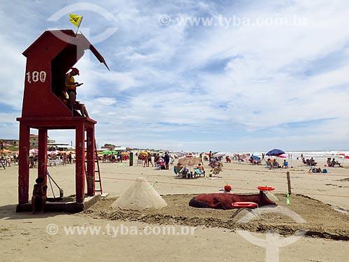 Posto de salva-vidas e escultura em areia na orla da praia na cidade de Cidreira  - Cidreira - Rio Grande do Sul (RS) - Brasil