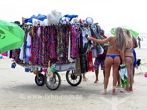 Vendedor ambulante de roupa de praia na orla da praia na cidade de Cidreira  - Cidreira - Rio Grande do Sul (RS) - Brasil