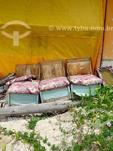Sofá abandona na orla da praia na cidade de Cidreira  - Cidreira - Rio Grande do Sul (RS) - Brasil
