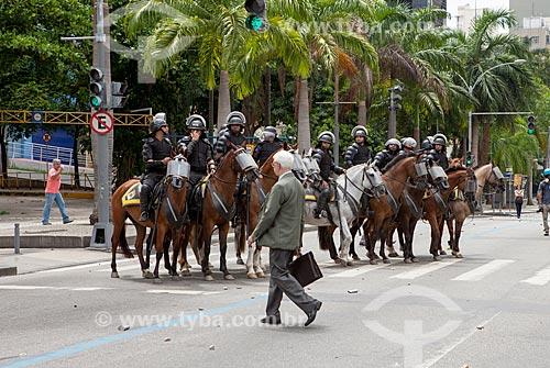 Cavalaria na Avenida Presidente Antônio Carlos - próximo à Assembléia Legislativa do Estado do Rio de Janeiro (ALERJ) - durante manifestação  - Rio de Janeiro - Rio de Janeiro (RJ) - Brasil
