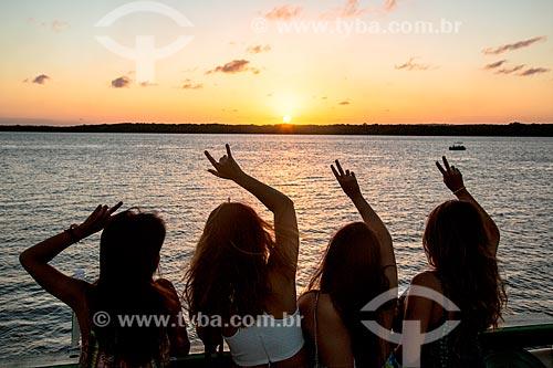 Jovens observando o pôr do sol na Praia do Jacaré  - Cabedelo - Paraíba (PB) - Brasil