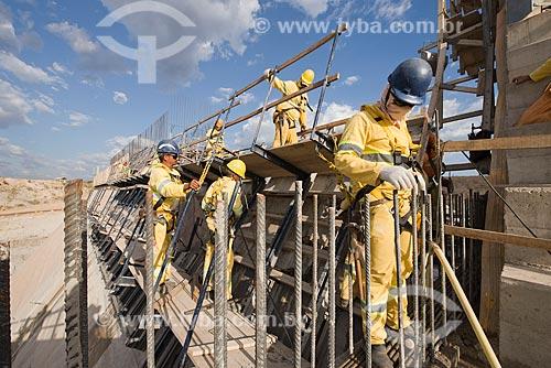 Operários no canteiro de obras do Reservatório dos Porcos - parte do Projeto de Integração do Rio São Francisco com as bacias hidrográficas do Nordeste Setentrional  - Brejo Santo - Ceará (CE) - Brasil