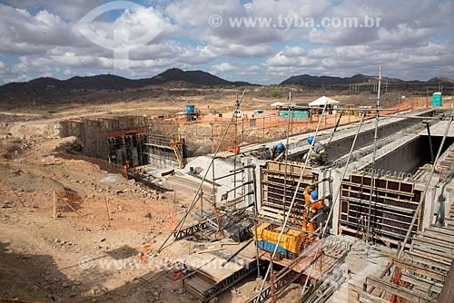 Canteiro de obras para a construção da ponte da Rodovia BR-232 sobre o canal do Projeto de Integração do Rio São Francisco com as bacias hidrográficas do Nordeste Setentrional  - Salgueiro - Pernambuco (PE) - Brasil