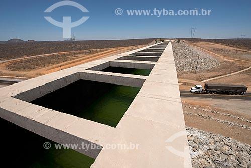 Aqueduto sobre a Rodovia BR-316 - eixo leste - parte do Projeto de Integração do Rio São Francisco com as bacias hidrográficas do Nordeste Setentrional  - Floresta - Pernambuco (PE) - Brasil