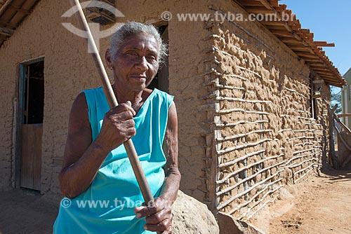 Detalhe de idosa na Aldeia Travessão de Ouro - Tribo Pipipãs  - Floresta - Pernambuco (PE) - Brasil