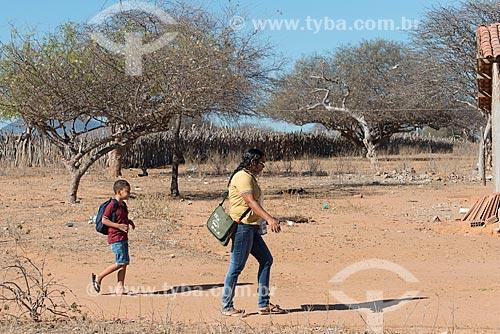 Mãe e filho indo para a escola na Aldeia Travessão de Ouro - Tribo Pipipãs  - Floresta - Pernambuco (PE) - Brasil