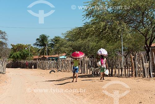 Mulheres caminhando sob o sol na Aldeia Travessão de Ouro - Tribo Pipipãs  - Floresta - Pernambuco (PE) - Brasil