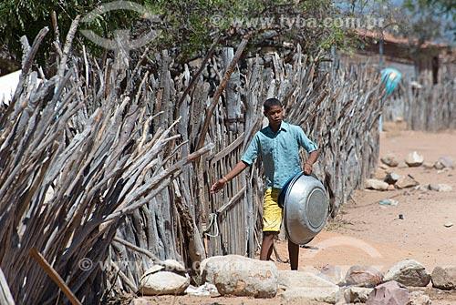 Jovem fechando curral para a criação de cabra (Capra aegagrus hircus) na Aldeia Travessão de Ouro - Tribo Pipipãs  - Floresta - Pernambuco (PE) - Brasil
