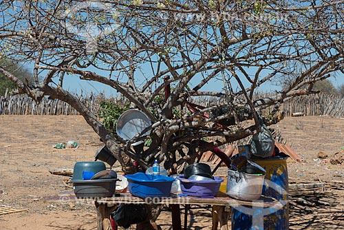 Louças e utensílios ao sol na Aldeia Travessão de Ouro - Tribo Pipipãs  - Floresta - Pernambuco (PE) - Brasil