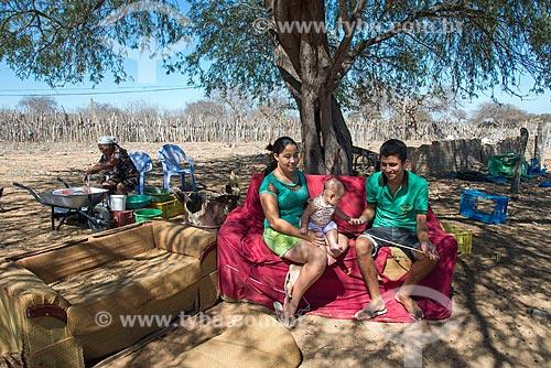 Casal em sofá ao ar livre embaixo de sombra de árvore na Aldeia Travessão de Ouro - Tribo Pipipãs  - Floresta - Pernambuco (PE) - Brasil