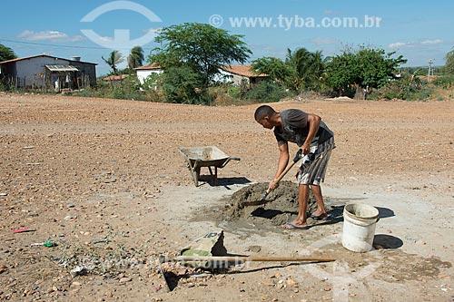 Trabalhador preparando cimento em canteiro de obras na Tribo Truká  - Cabrobó - Pernambuco (PE) - Brasil