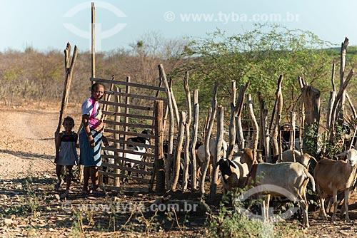 Mãe e filha em curral para a criação de cabra (Capra aegagrus hircus) na Aldeia Caatinga Grande - Tribo Truká  - Cabrobó - Pernambuco (PE) - Brasil