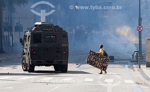 Confronto entre policiais militares e manifestantes durante protesto de servidores públicos  - Rio de Janeiro - Rio de Janeiro (RJ) - Brasil