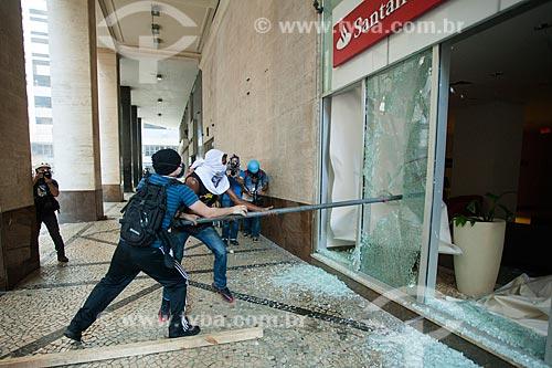 Manifestantes depredam banco durante Protesto de servidores públicos  - Rio de Janeiro - Rio de Janeiro (RJ) - Brasil