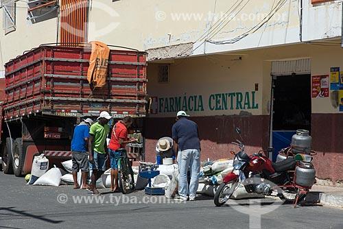 Vendedor ambulante de farinha no centro da cidade de Cabrobó  - Cabrobó - Pernambuco (PE) - Brasil