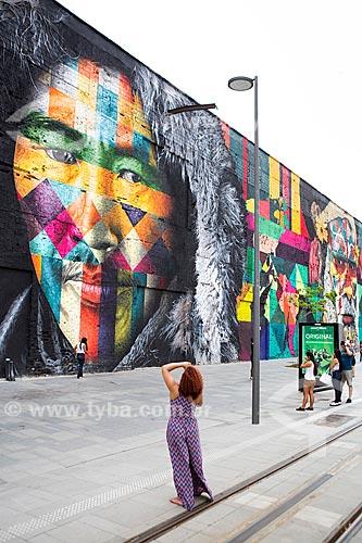 Mulher fotografando o Mural Etnias na Orla Prefeito Luiz Paulo Conde (2016)  - Rio de Janeiro - Rio de Janeiro (RJ) - Brasil