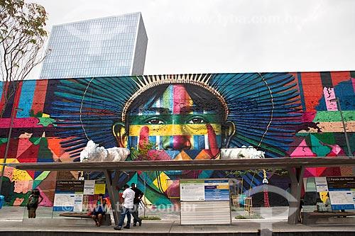 Estação Parada dos Navios do Veículo leve sobre trilhos do Rio de Janeiro com o Mural Etnias ao fundo - Orla Prefeito Luiz Paulo Conde (2016)  - Rio de Janeiro - Rio de Janeiro (RJ) - Brasil