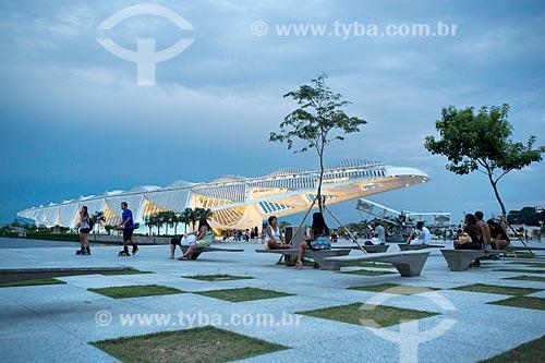 Pessoas sentadas no gramado da Praça Mauá com o Museu do Amanhã ao fundo  - Rio de Janeiro - Rio de Janeiro (RJ) - Brasil